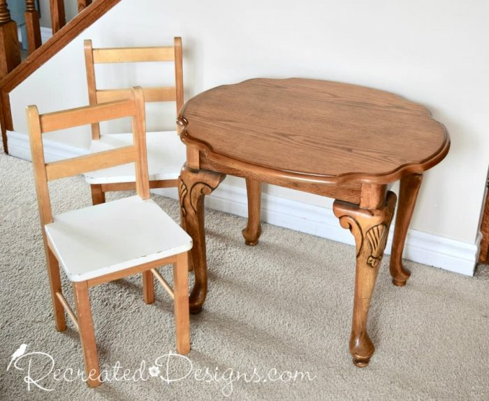 a mismatched side table and two small children's chairs